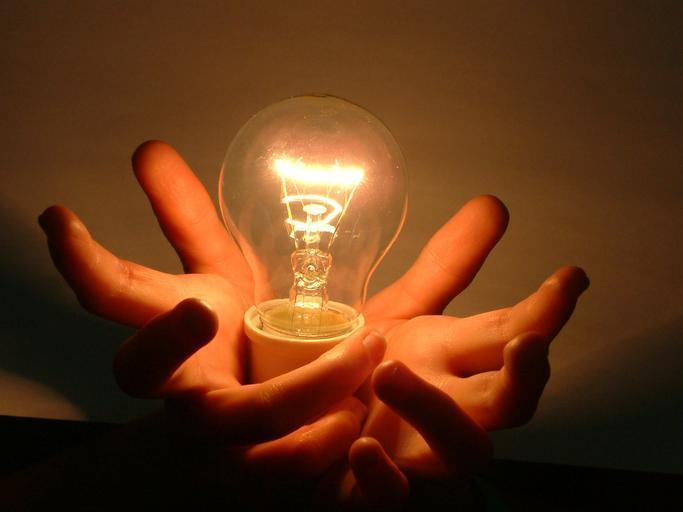 Otvorené dlane a v nich žiarovka