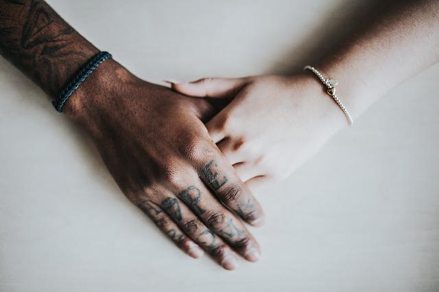 mužská a ženská ruka.jpg