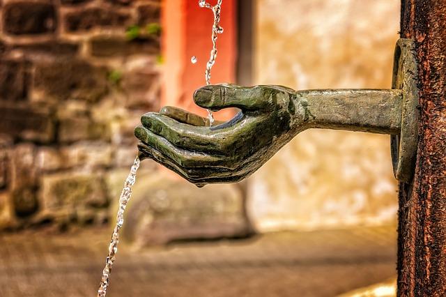 bronzová ruka.jpg