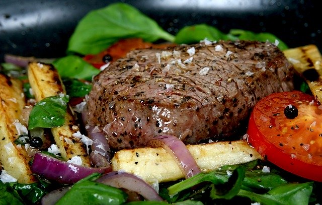 Kus mäsa obložený zeleninou.jpg