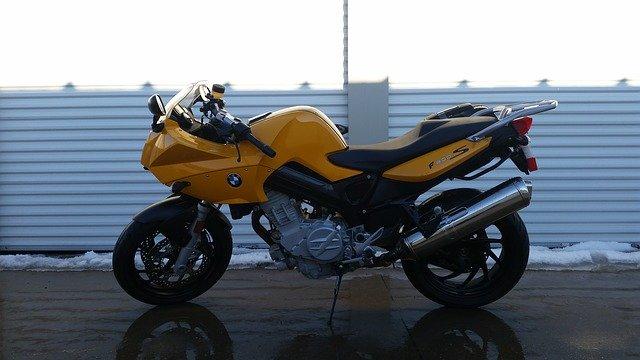 Žltá motorka v garáži